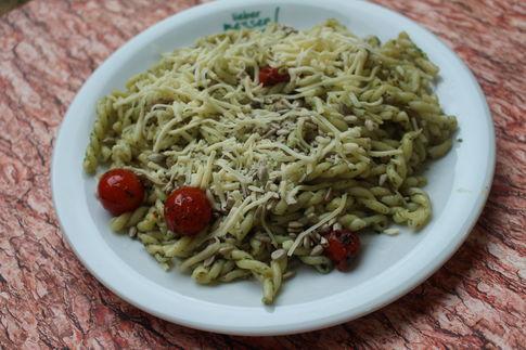 Spirelli Treccine mit Rucolapesto, Kirschtomaten und Reibekäse