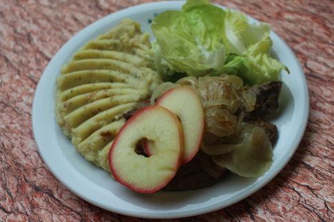 Gebratene Schweineleber mit Apfel und Zwiebel, dazu Kartoffelpüree und Blattsalat