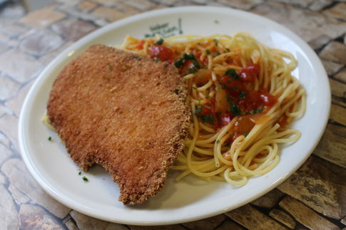 Hähnchenbrust in Parmesanpanade mit Tomatensoße, dazu Spaghetti