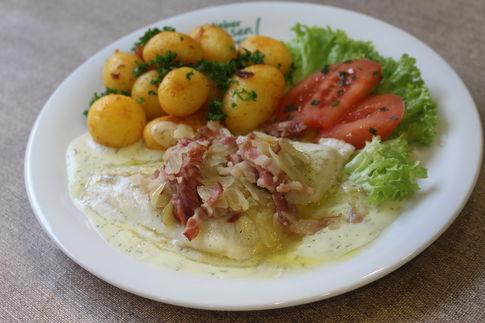 Schollenfilet Mecklenburger Art mit Speck und Zwiebel, dazu Dillsoße und Schwenkkartoffeln