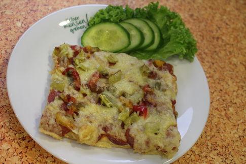 Pizzaschnitte Diavolo mit scharfer Salami, Peperoni, Paprika und Chili, dazu Salatgarnitur