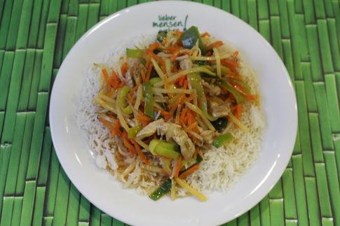 Wokpfanne Thai Red mit Putenbrust, Paprika, Sprossen und Möhren, dazu Thaireis