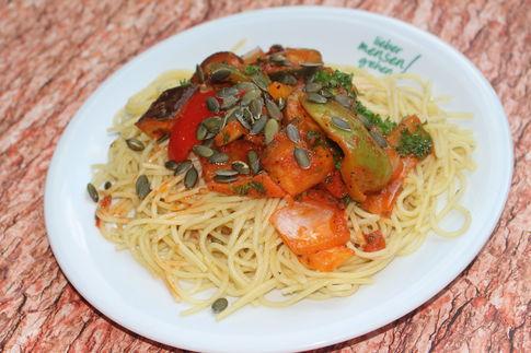 Pestospaghetti mit Ratatouille Gemüse und gerösteten Kürbiskernen