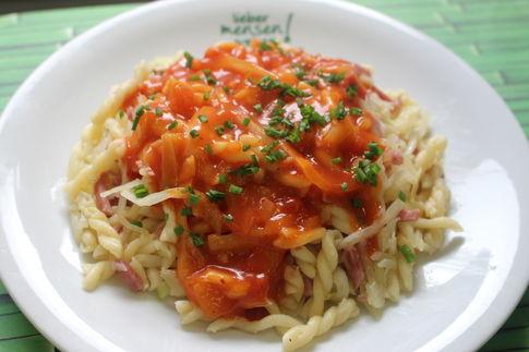 Krautnudeln mit Kochschinkenstreifen, dazu auf Wunsch mit Tomatensoße