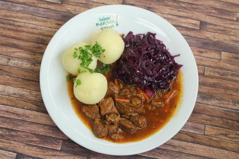 Sauerbratenragout, dazu Apfelrotkohl und Kartoffelklöße