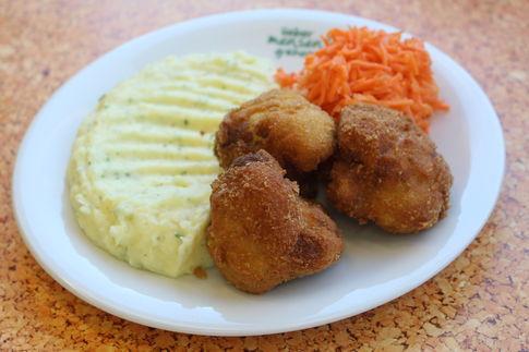 Blumenkohlschnitzel, dazu Kartoffelpüree und Möhren-Apfelsalat