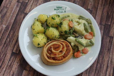 Käsesoufflee mit Rahmgemüse und Kräuterkartoffeln