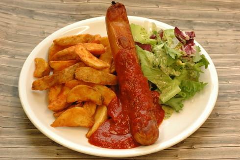 Leicht scharfe Currybockwurst  mit gebackenen Kartoffelecken und Salat