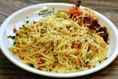 Käsespätzle mit Soße und Röstzwiebeln, dazu Salat