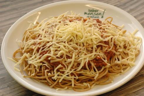 Vollkornspaghetti mit Bolognese, dazu geriebenen Käse