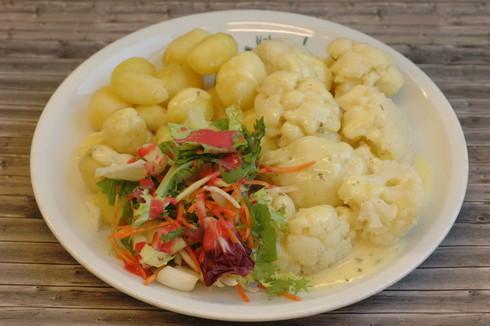 Blumenkohl mit holländischer Soße, dazu Salzkartoffeln und Blattsalate an Himbeerdressing