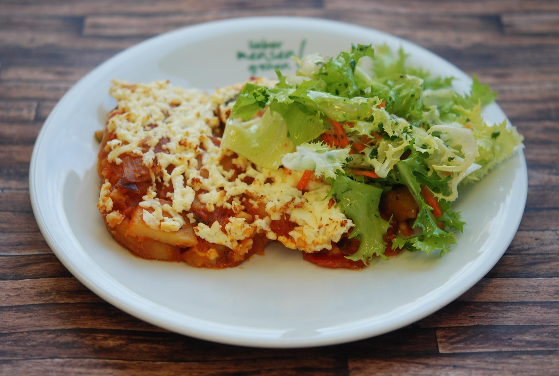 Moussaka vegetarisch Griechische Kartoffelpfanne mit mediterranem Gemüse und Hirtenkäse