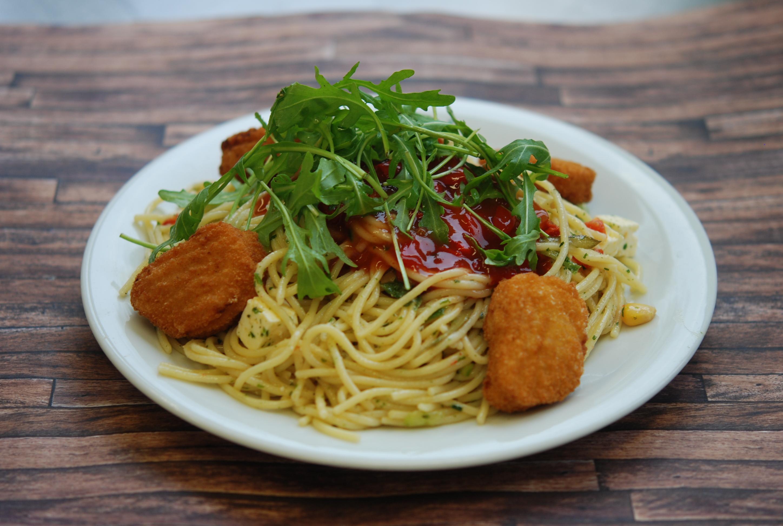 Bunter Spaghettisalat mit Valess-Nuggets und Sweet Chili-Dip