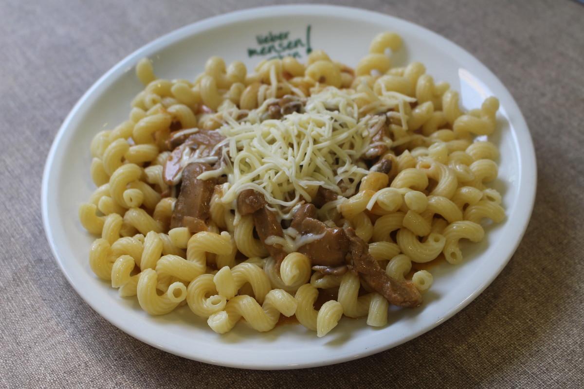 Geschnetzeltes vom Schwein mit Sahne, Champignons und Käse, dazu gedrehte Makkaroni