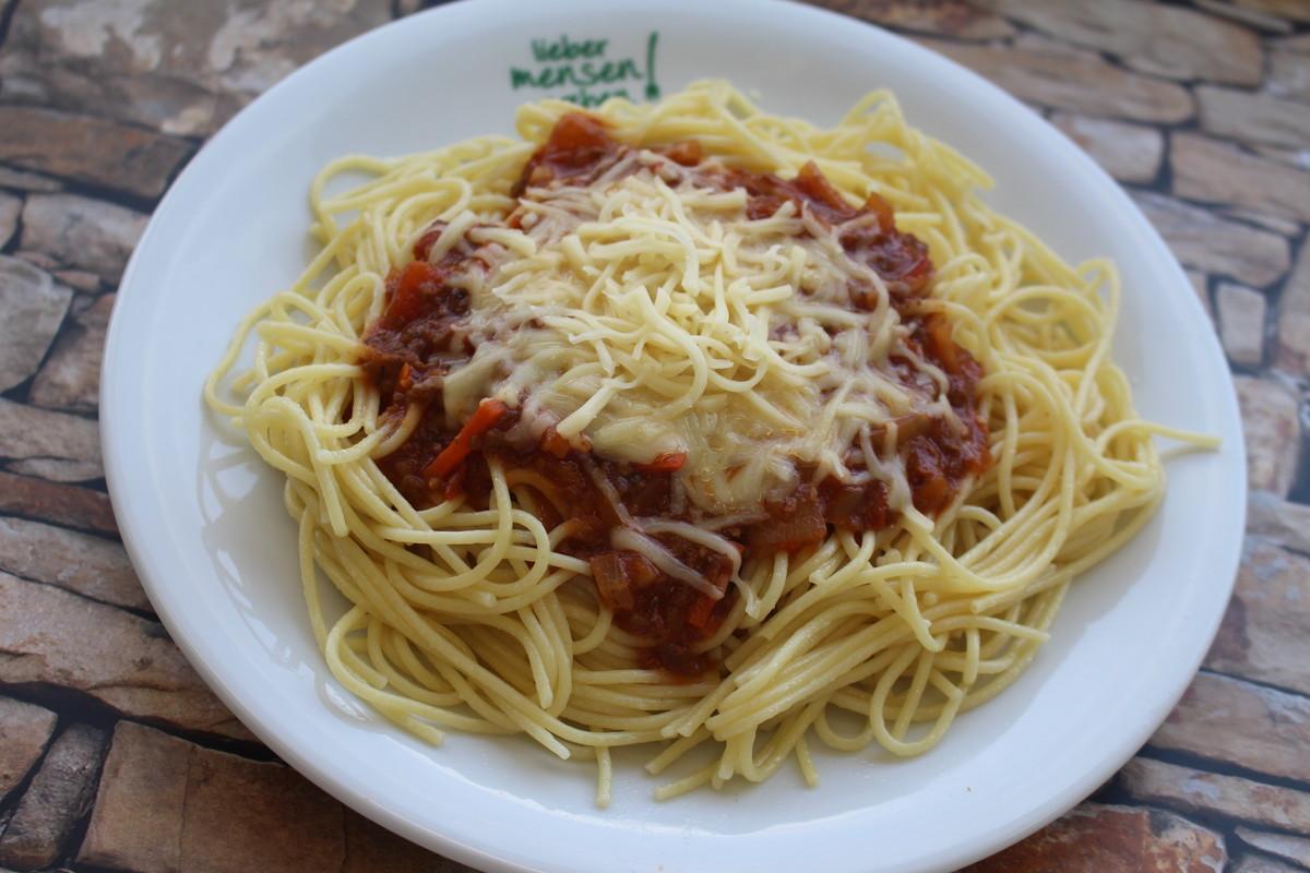 Vegetarische Gemüsebolognese mit Spaghetti und Reibekäse