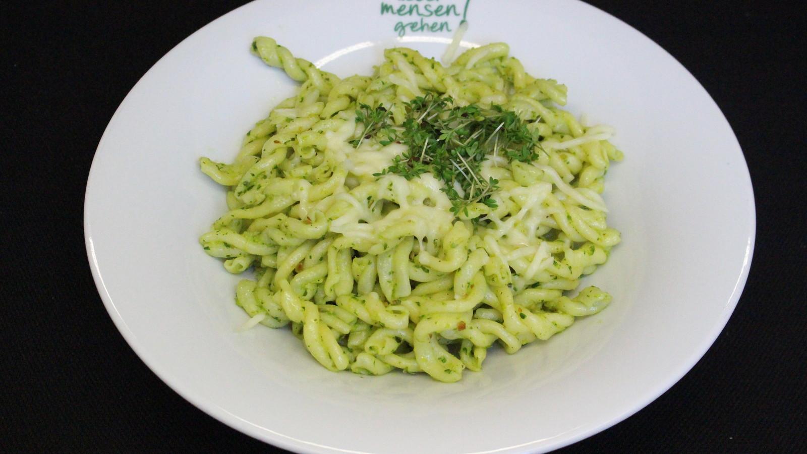 Hausgemachte Pasta, heute: Trecce mit Kressepesto und Mozzarella