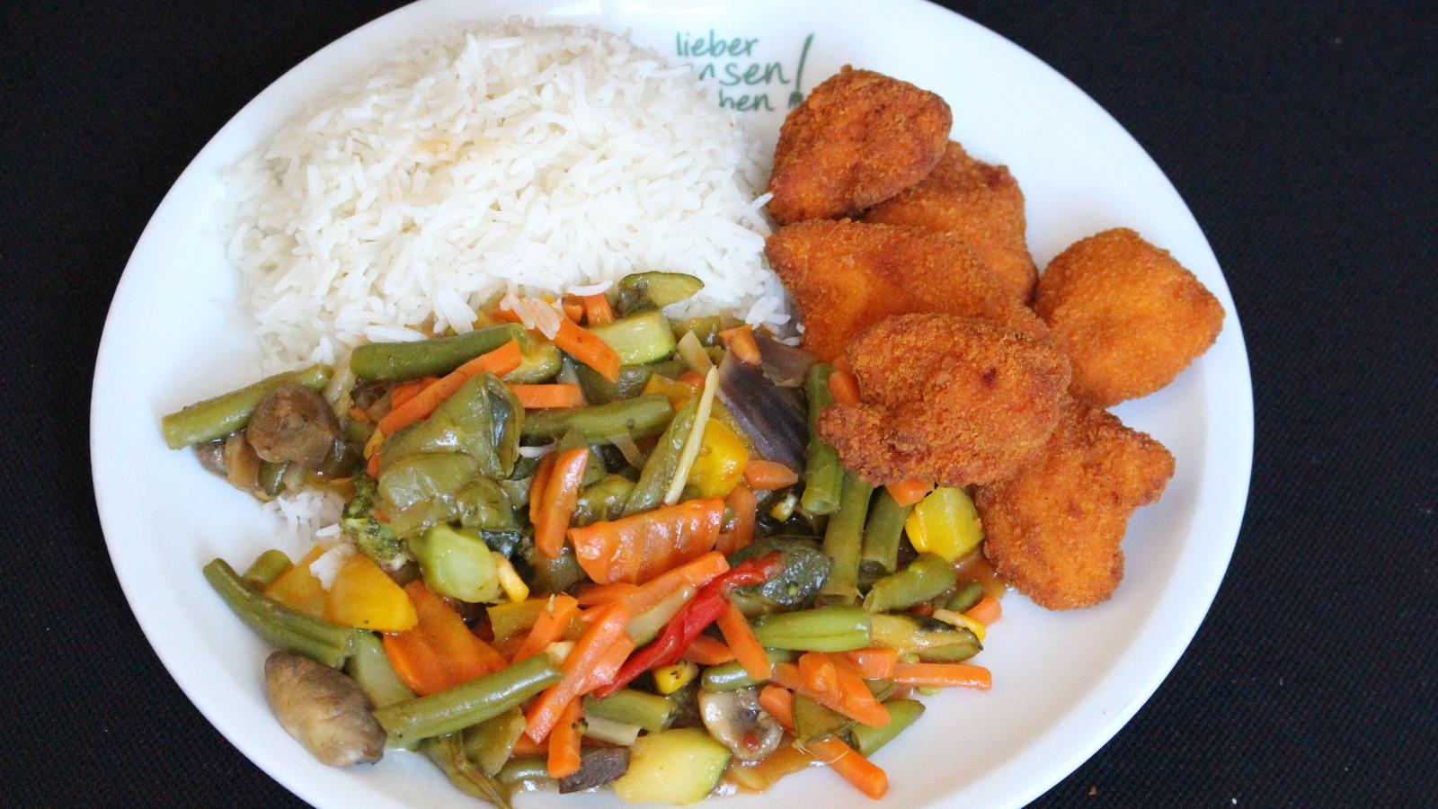 Hähnchen Nuggets oder Valess-Nuggets auf Wokgemüse süßsauer, dazu Basmati Reis