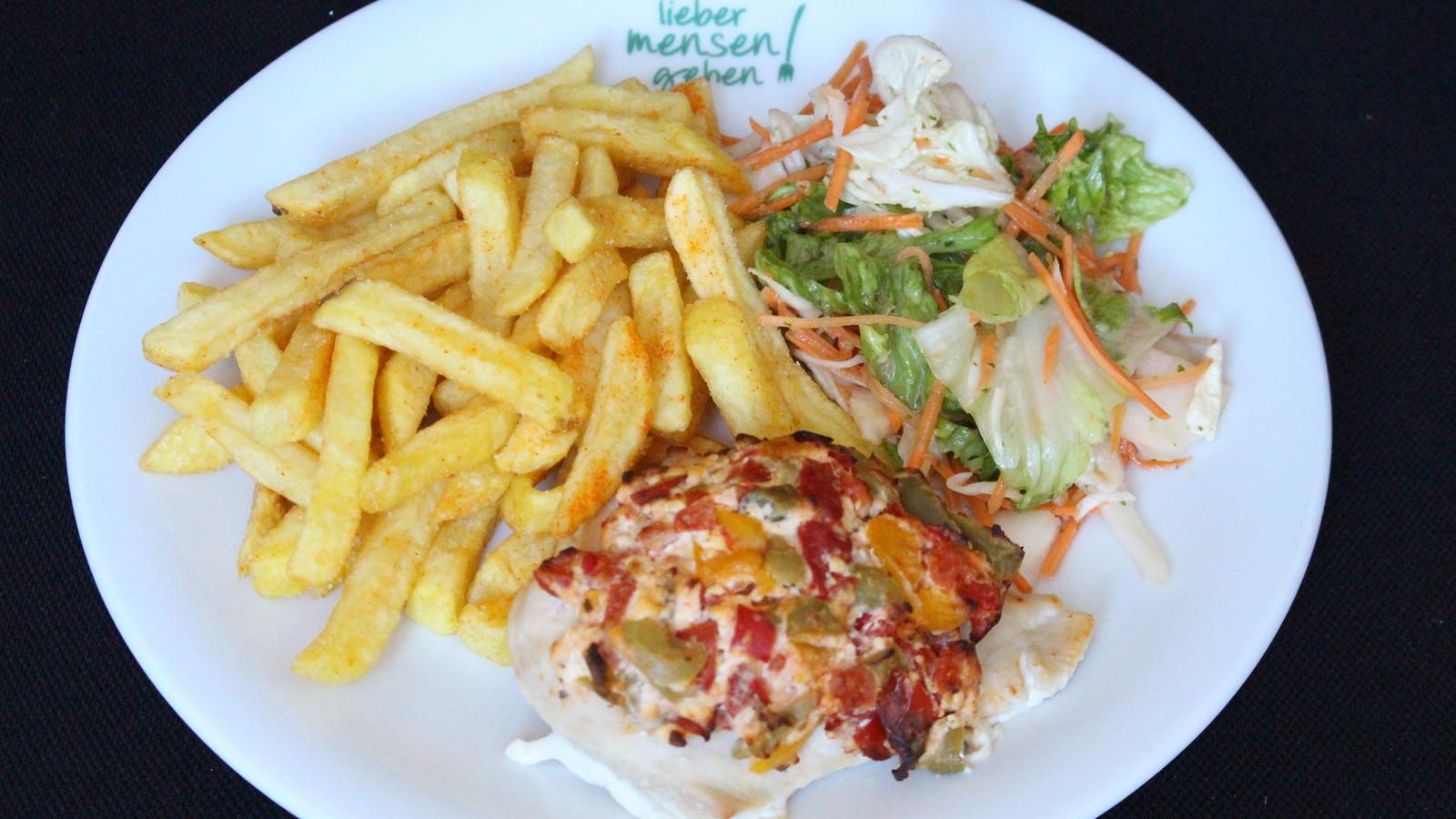 Gratinierte Hähnchenbrust mit Paprika, Tomaten, Oliven und Hirtenkäse, dazu Pommes frites und Salat