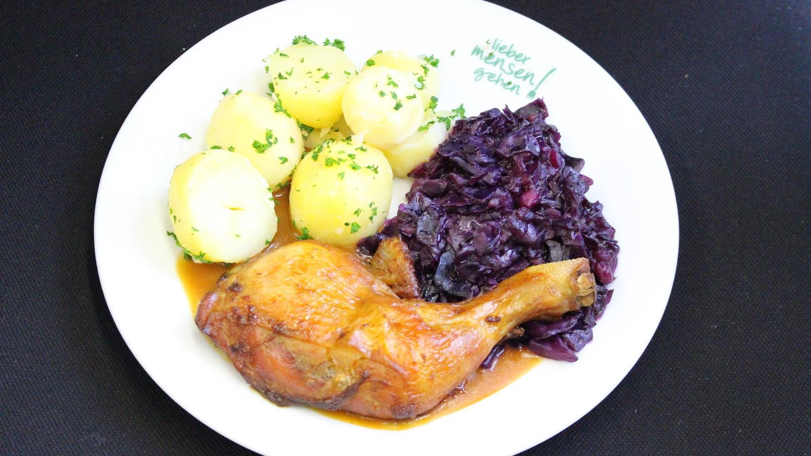 Hähnchenkeule mit Geflügelsoße und Apfelrotkohl, dazu Petersilienkartoffeln