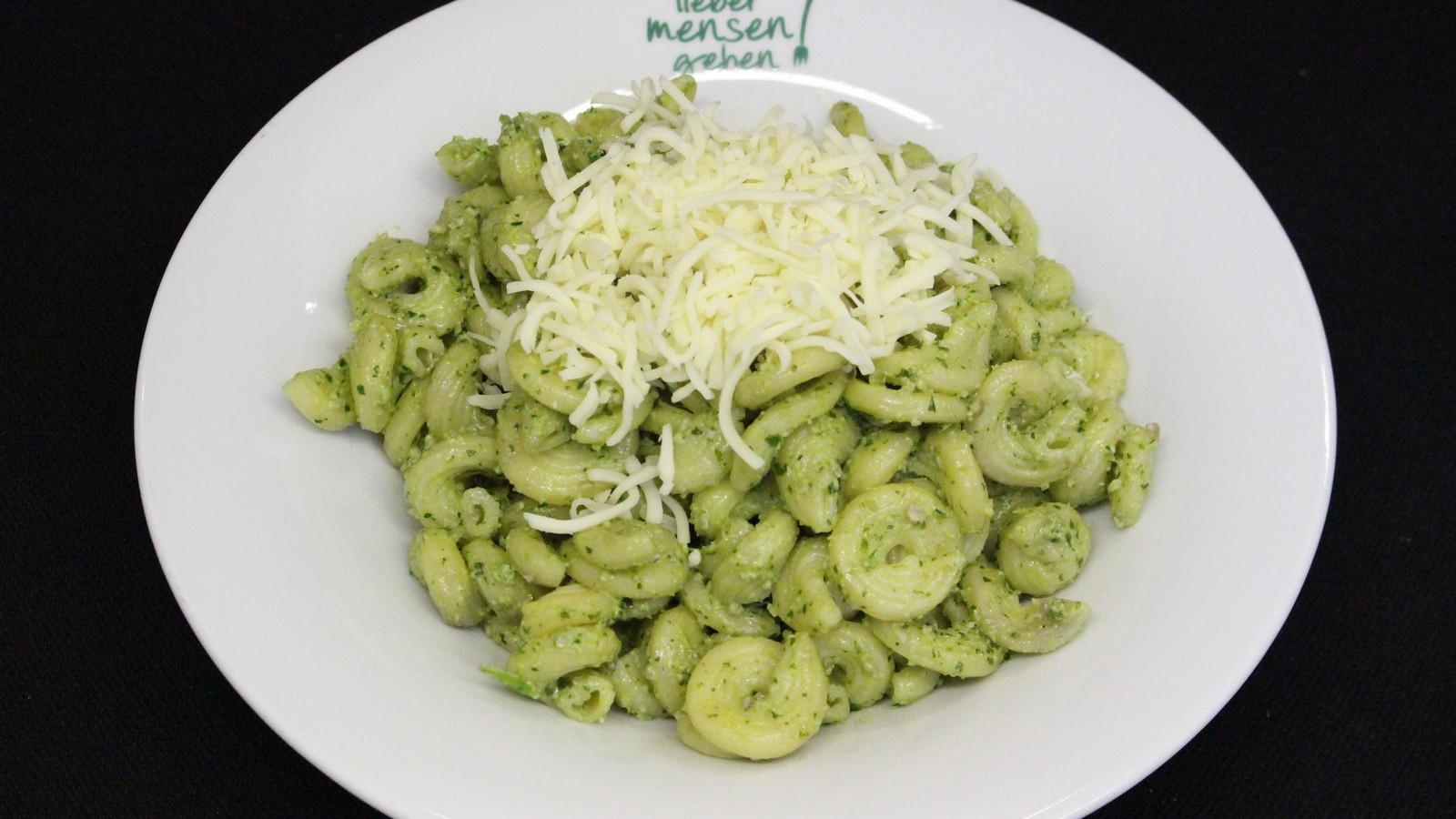 Hausgemachte Pasta, heute Amori mit Rucolapesto und Mozzarella