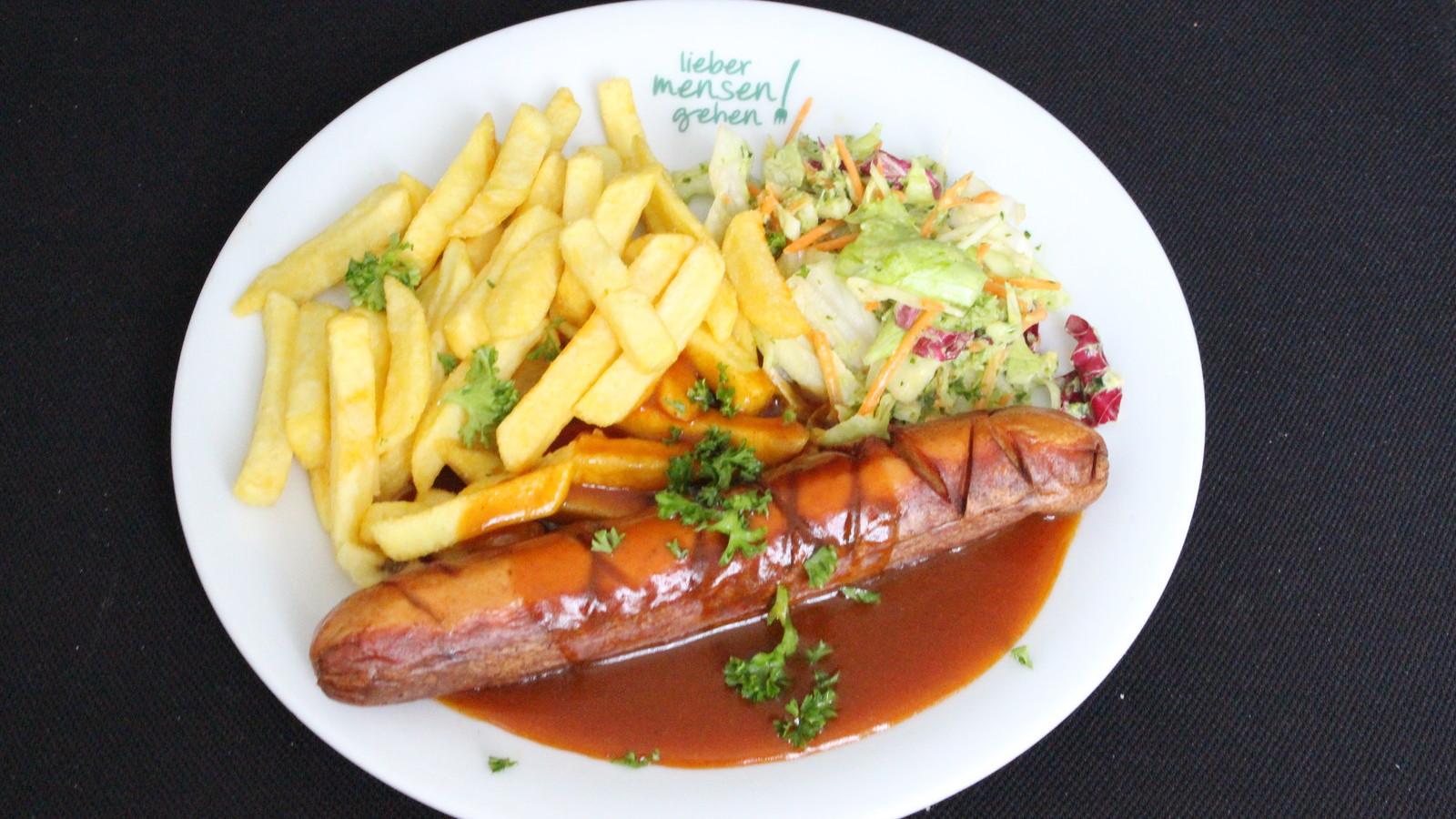 Currywurst mit Pommes frites und Salat