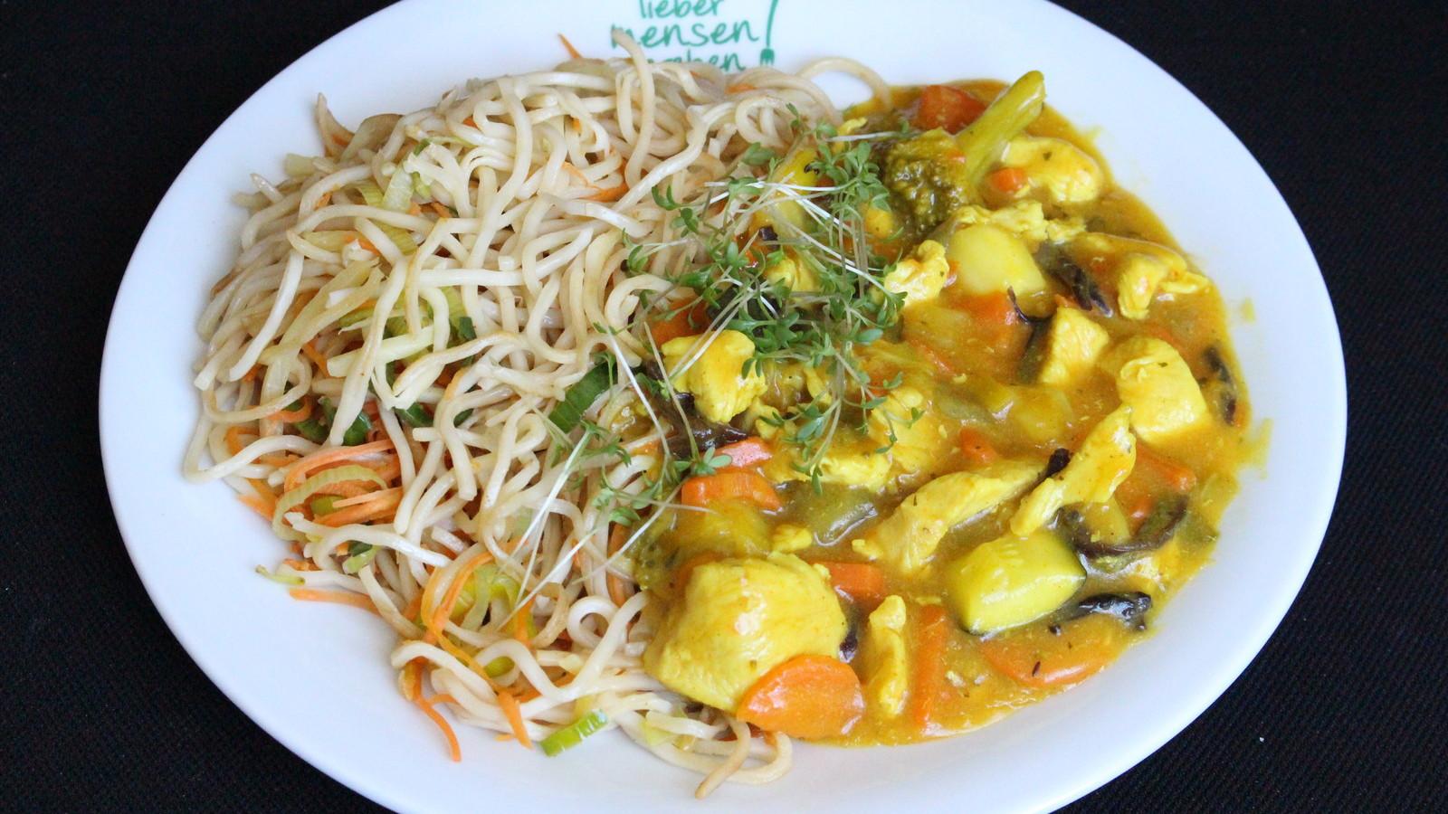 Curryhuhn aus dem WOK mit gebratenen Gemüse-Mie Nudeln
