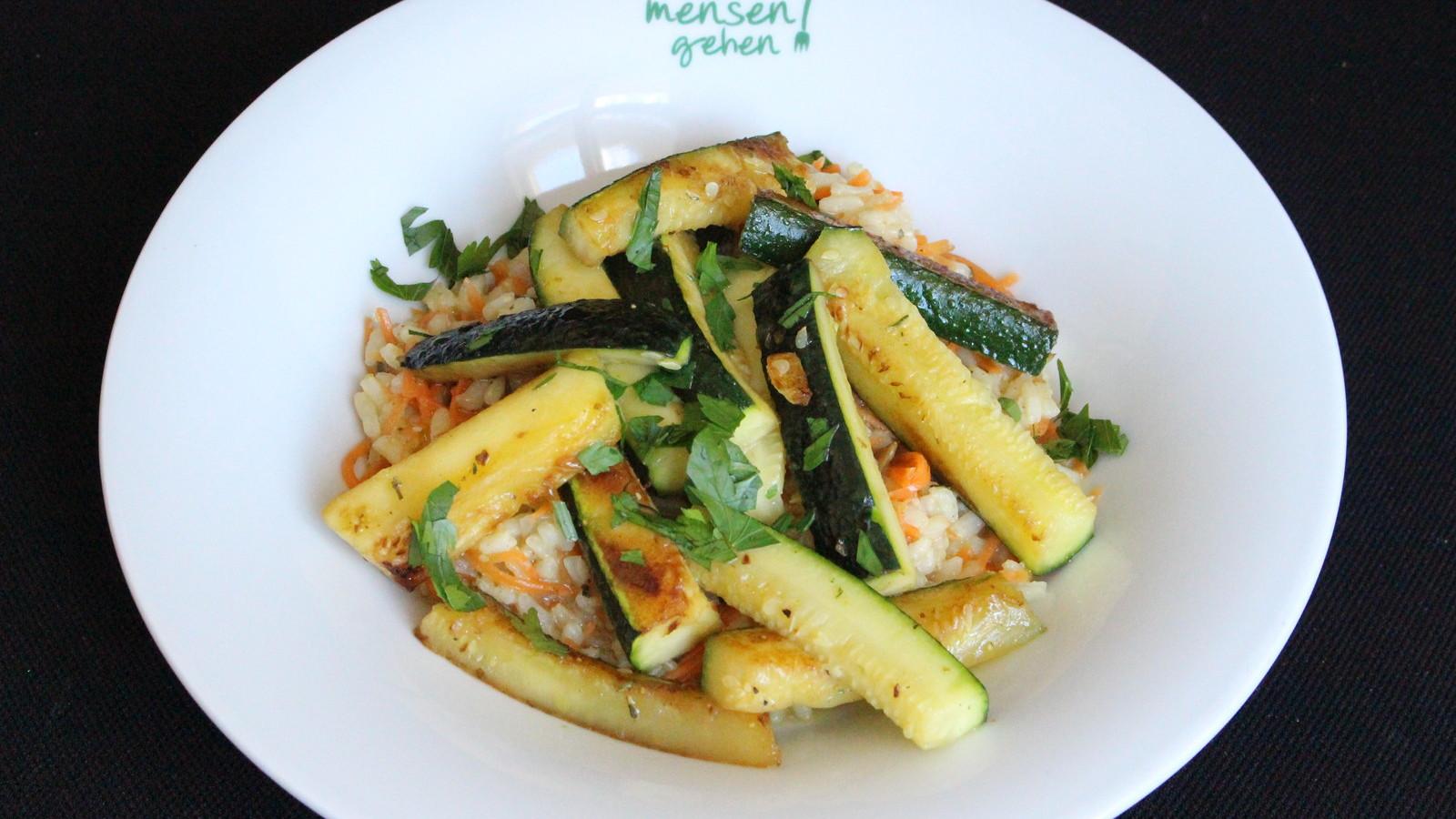 Gebratene Zucchini, dazu Risotto mit Möhren und Kürbiskerne
