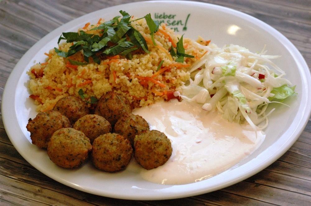 Falafel (Kichererbsenbällchen) mit Gemüsecouscous, dazu Joghurt-Dip (Dip auch auf Sojabasis) und Salat