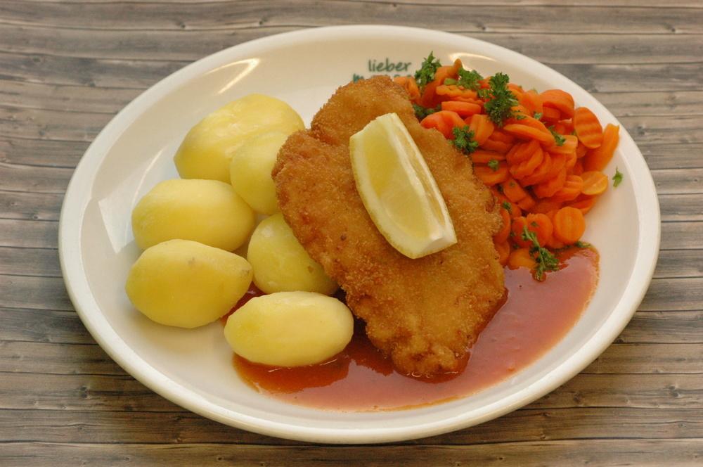 Putenschnitzel mit Zitrone und Soße, dazu Karottengemüse und Salzkartoffeln