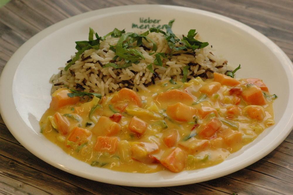 Süßkartoffel-Kokos-Curry mit Wildreismischung