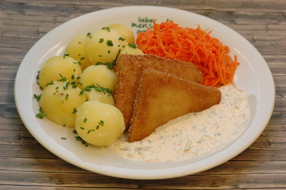 Seelachs im Backteig, dazu Remouladensoße, Kartoffeln und Möhrensalat