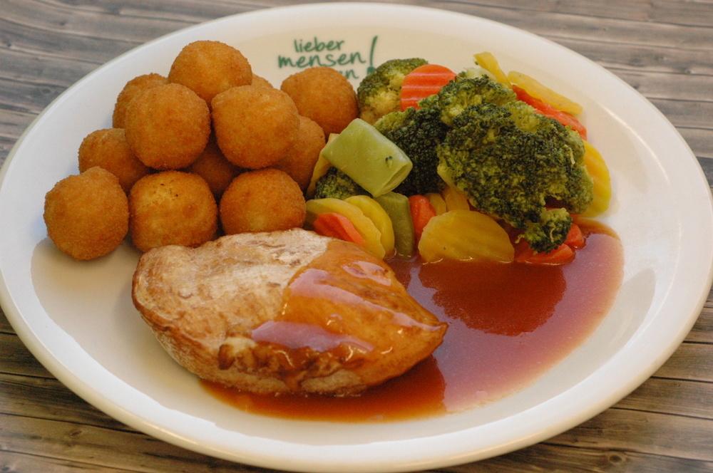 Hähnchenbrustfilet in Soße mit Gemüse und Kartoffelbällchen