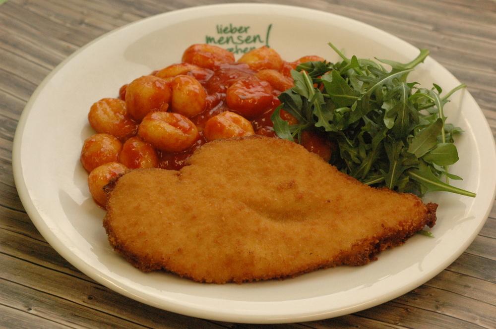 Hähnchenschnitzel mit Tomaten-Gnocchi und marinierten Rucola