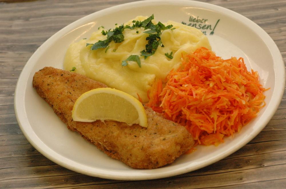 Gebackenes Hokifilet mit Zitrone, dazu Kartoffelpüree und Möhren-Weißkohlsalat