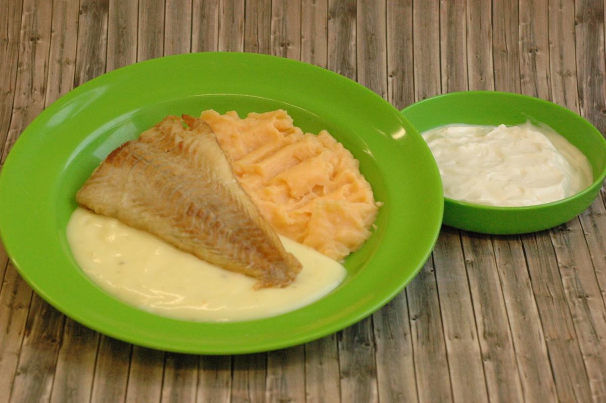 Gebratener Seelachs mit Zitronensoße, dazu Süßkartoffelstampf und Orangen-Karottensalat