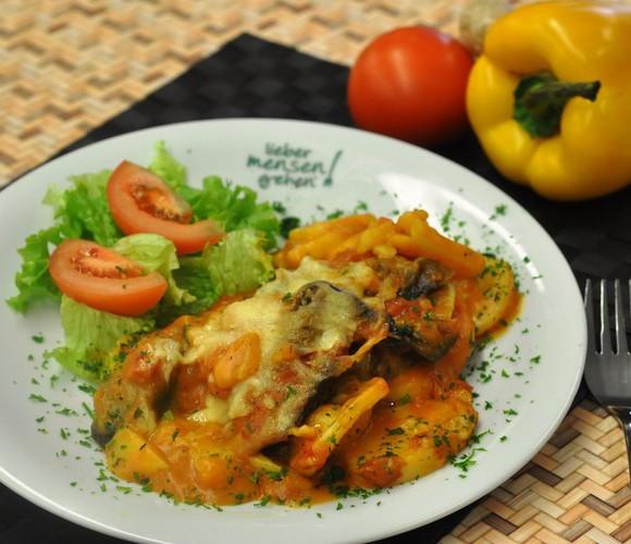 vegetarisches Moussaka - Auflauf mit Auberginen, Zucchini, Kartoffeln und einer Bechamelcreme gratiniert