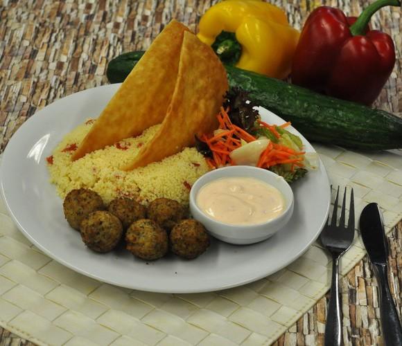 Falafel mit Couscous, Tortilla-Chip, Joghurtdip und Salat