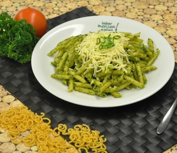 Makkaroni Mezzanelli (dünn)  Kürbiskern-Chili-Pesto dazu geriebener Gouda