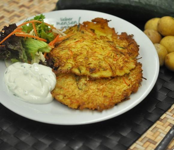 Kartoffelpuffer Gärtnerin mit Kressequark-Dip und Salat