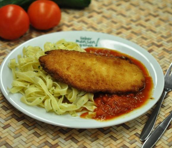 Hähnchenbrust in Parmesanpanade mit Tomatenragout auf Kräutertagliatelle