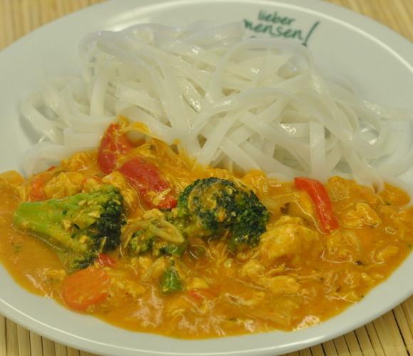 Chicken Tikka Massala mit Paprika und Broccoligemüse an Reisnudeln