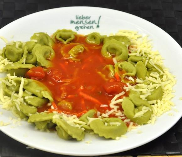 Spinat-Ricotta-Tortelloni mit Tomatensoße mit Wurzelgemüse