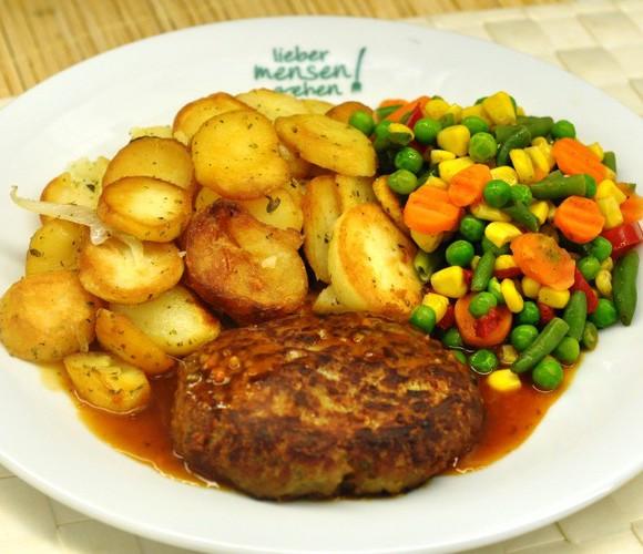 Hackfleischfrikadelle vom Rind und Schwein mit Bratensoße, dazu buntes Gemüse und Bratkartoffeln
