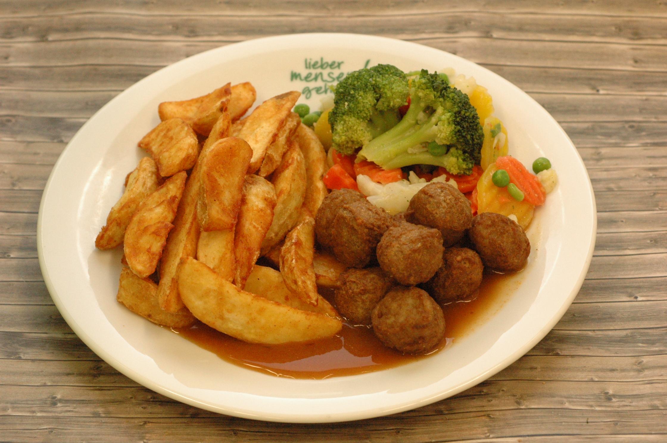 Schwedische Fleischbällchen mit Marktgemüse, Preiselbeersoße und Kartoffelecken