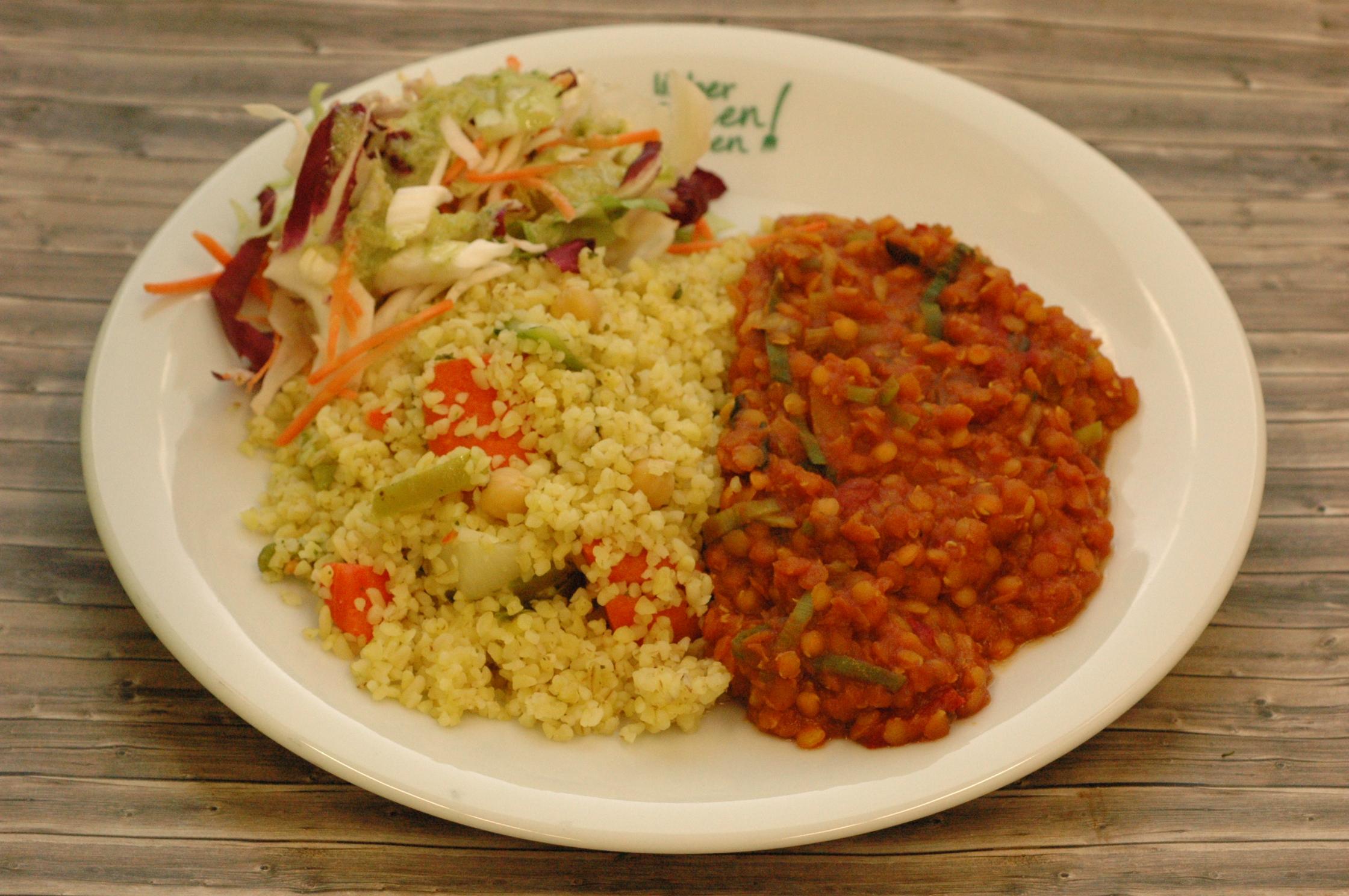 Linsencurry mit Gemüse-Bulgur und marinierten Salaten