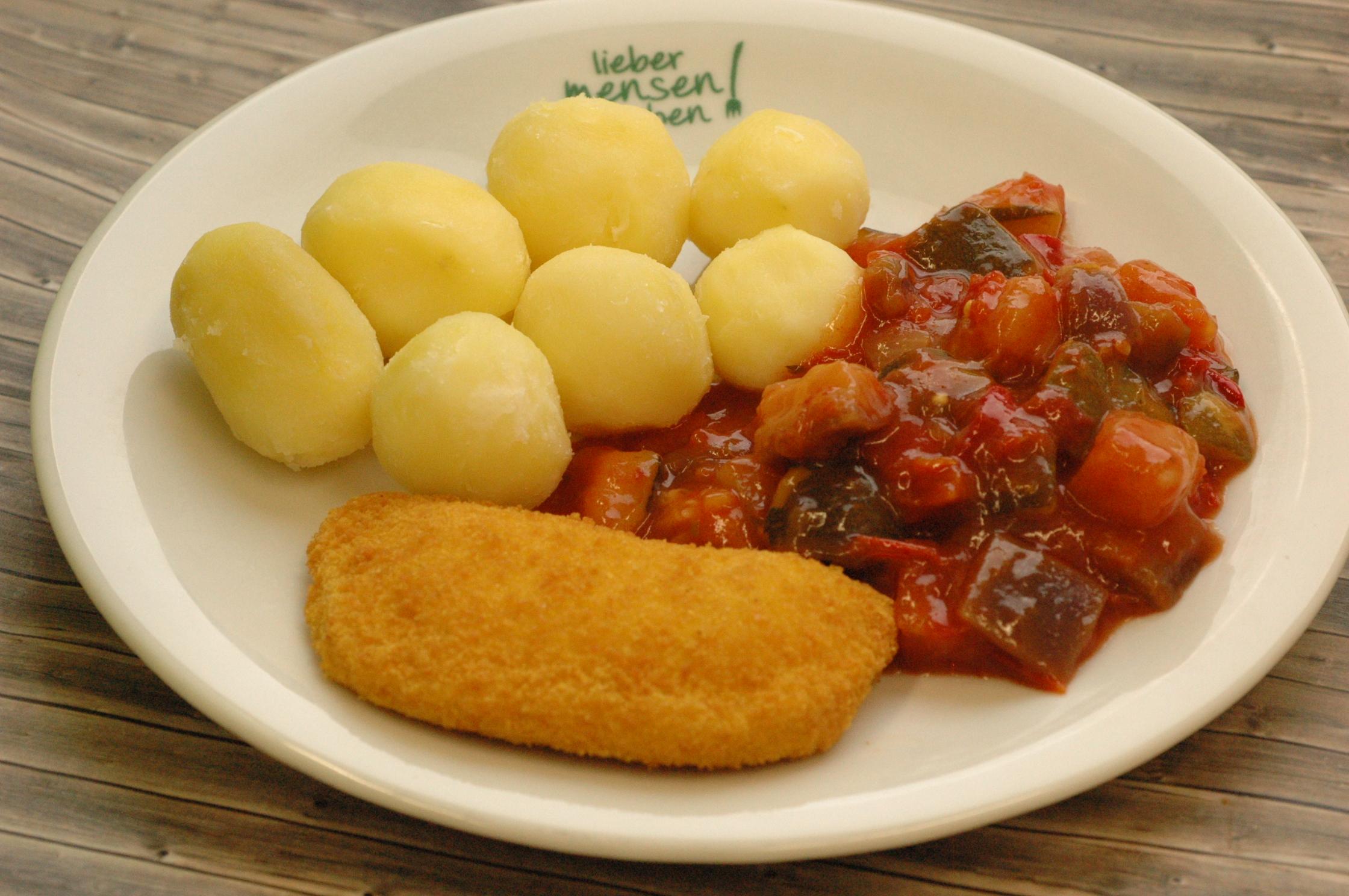 Valess Schnitzel mit feiner Goudafüllung, dazu Ratatouille Gemüse und Salzkartoffeln