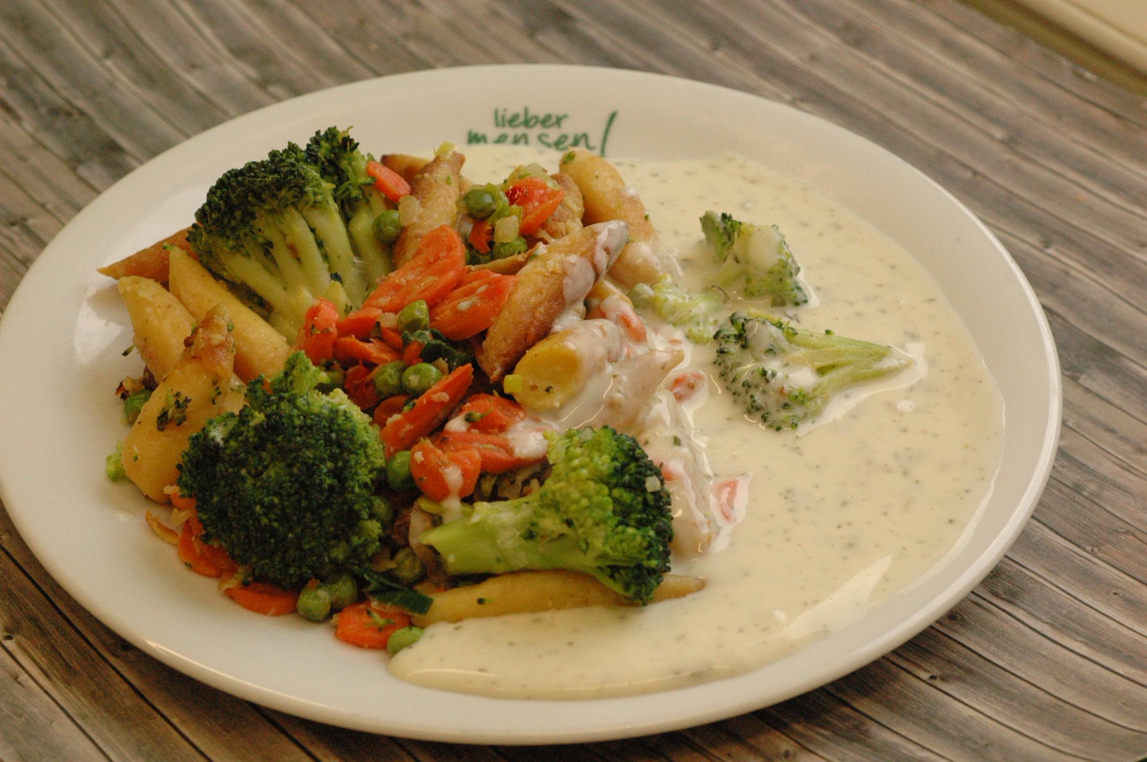 Gemüse-Schupfnudelpfanne mit cremiger Frischkäse-Kräutersoße