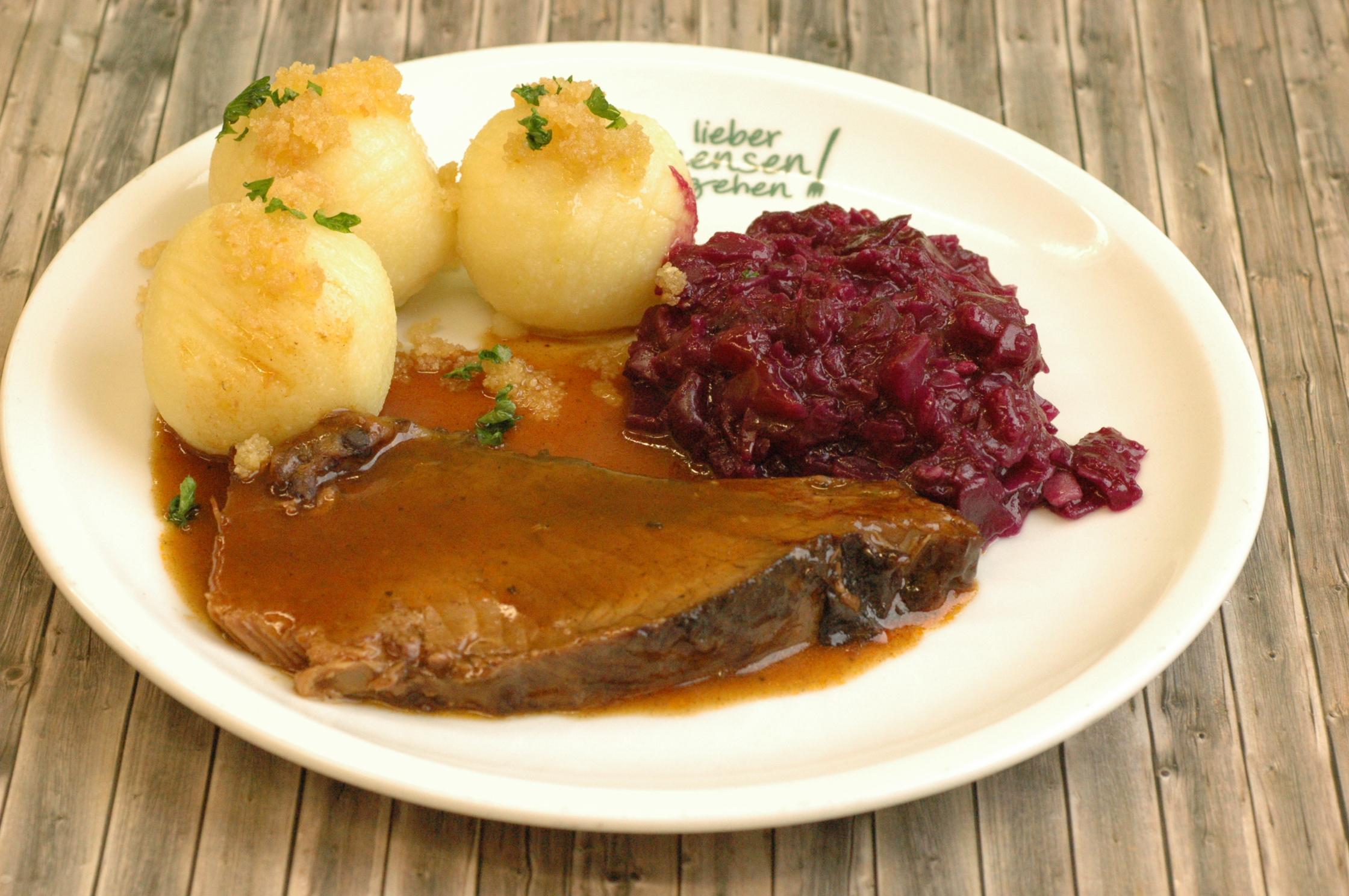 Dresdener Sauerbraten mit Apfelrotkohl und Kartoffelklöße