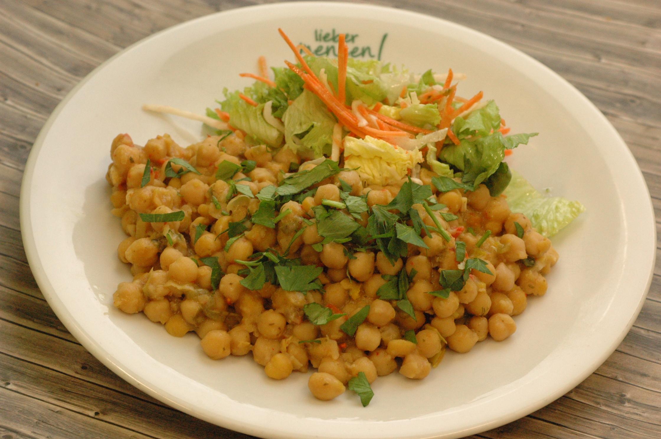 Marokkanische Kichererbsen-Pfanne mit marinierten Salat