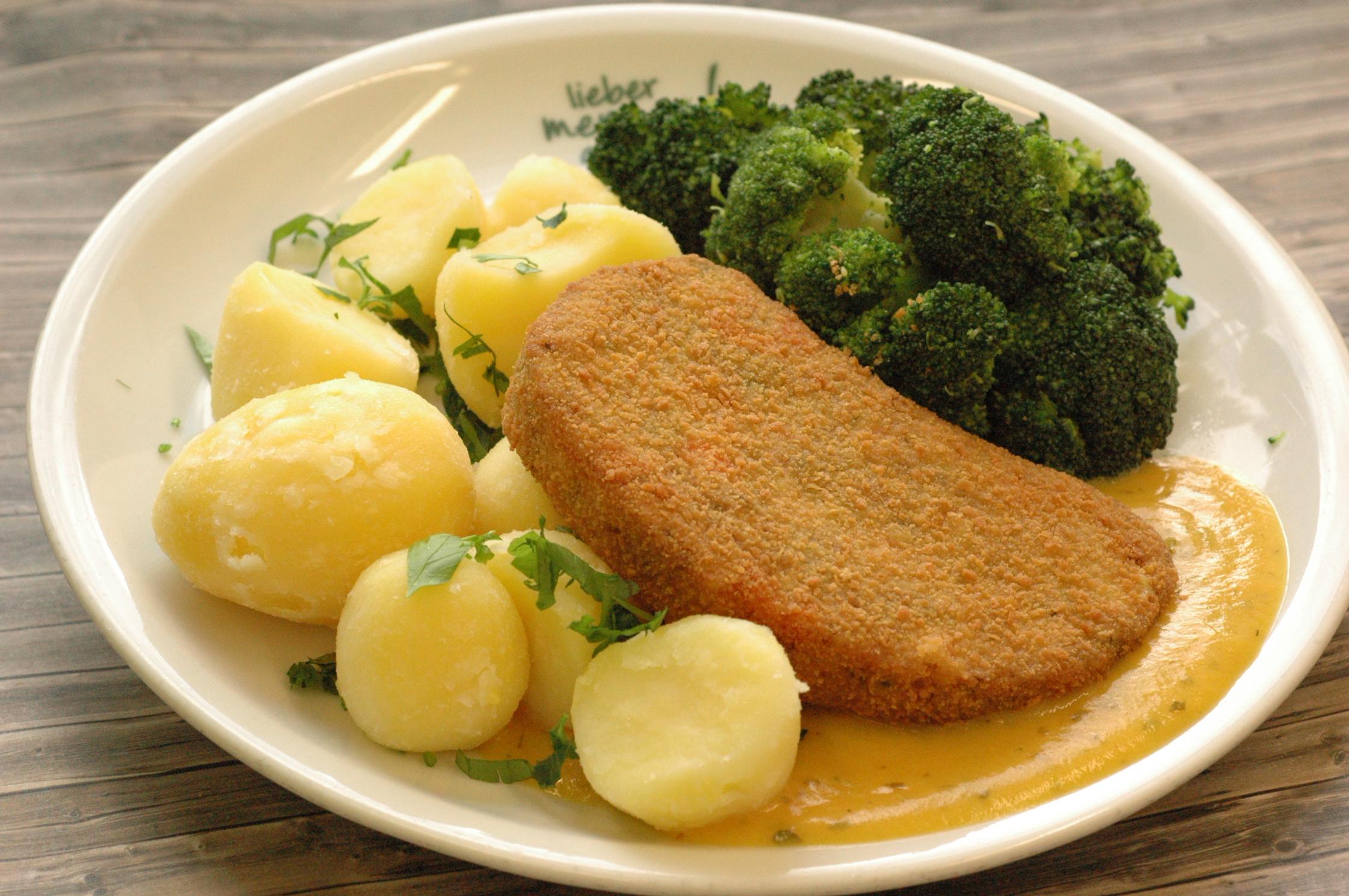 Gemüseschnitzel mit einer Möhrencremesoße, dazu Broccoligemüse und Kräuterkartoffeln